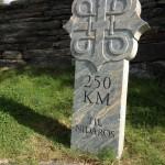 Mijlpaal bij de kerk van Dovre, Olavspad, Noorwegen, Fru Amundsen