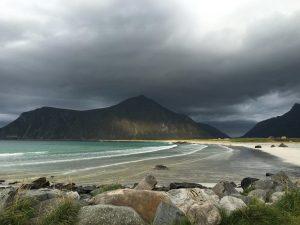Het strand bij Flakstad, Lofoten, Noorwegen, Fru Amundsen